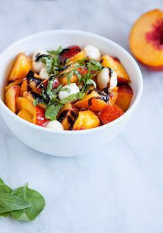 Fresh Nectarine Mozzarella and Basil Salad (armelle - a lil' bit of everything. I Love Food, Good Food, Yummy Food, Tasty, Vegetarian Recipes, Cooking Recipes, Healthy Recipes, Crockpot Recipes, Salad Recipes