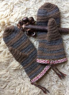 Nalbinded Mittens Viking mittens Lovikka mittens my interpretation  ~ the Needlebind mitten Lödöse Sweden museum dated 1000-1200. There is also archaeology of two nalbinded mittens from Iceland, believed to date to the 10th century CE. #viking#vikingmittens#nalbinding#nalebinding