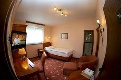 Standard Zimmer (EZ / DZ / Dreibett) im teilweise noch nicht renovierten Altbau. Einzel- oder Doppelzimmer auch teilweise Aufbettung möglich. Hotel Berg, Restaurant, Furniture, Home Decor, Cosy Room, Double Room, Remodels, Bed, Decoration Home