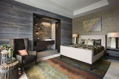 schlafzimmer wandgestaltung tapete holzoptik bunter teppich holz beistelltisch