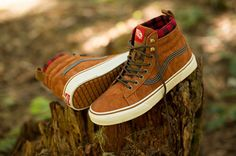 Vans has just unveiled their new innovative, weather-resistant Mountain Edition footwear. The shoes incorporate technology from Vans snow boots, which extends the rubber traction for maximum grip in wet terrains & snow. Vans Boots, Cool Vans Shoes, Me Too Shoes, Red Shoes, Retro Sneakers, Vans Sneakers, Sneakers Fashion, High Top Sneakers, Tenis Vans