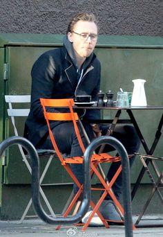 Tom Hiddleston seen having breakfast in London on November 8, 2016. Source: Torrilla. Full size image: http://ww4.sinaimg.cn/large/6e14d388gw1fa75mrx80xj215h1o71kx.jpg