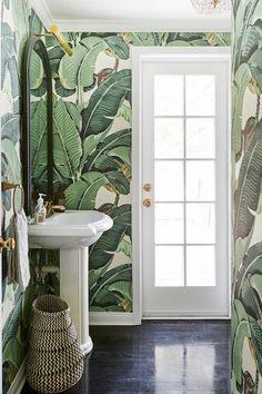 Tropical bathroom joy! Botanical wallpaper brings the outside indoors.