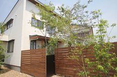 2階にいても緑が感じられるように雑木の木立を配置しました。 Garage Doors, Exterior, House Design, Cabin, Gallery, Outdoor Decor, Green, Home Decor, Ideas
