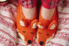 Make your own fox slippers Fox Slippers, Cute Slippers, Knitted Slippers, Knitting Patterns Free, Free Knitting, Knitting Socks, Free Pattern, Mollie Makes, Circular Knitting Needles