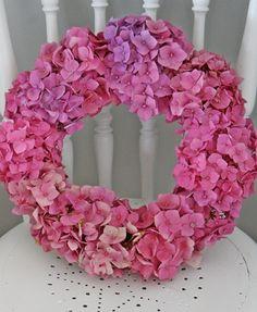 Det er 1 oktober og ennå inspirerer hagens blomster til å lage noe fint. Denne gangen ble det en hortensiakrans.     Den er...