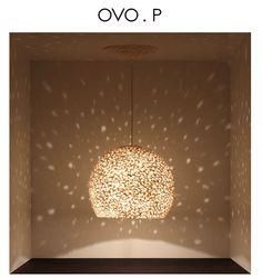 Lumières   Un luminaire est un élément indispensable dans votre pièce à vivre. Il vous permet d'apporter une touche de modernité et de design à la déco de votre maison. Voici notre sélection de lustres qui vont vous surprendre. #design #luminaires #décoration http://magasinsdeco.fr/projet-elegante-avec-creativite-confort-contemporain/