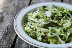 gotować! - Surówka z młodej kapusty z ogórkiem małosolnym Cabbage, Vegetables, Food, Essen, Cabbages, Vegetable Recipes, Meals, Yemek, Brussels Sprouts
