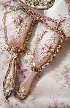 Simple and Impressive Ideas Can Change Your Life: Vintage Home Decor Victorian Curtains vintage home decor shabby inspiration.Vintage Home Decor Interiors Shabby Chic vintage home decor signs.Modern Vintage Home Decor Wall Colours. Shabby Chic Bedrooms, Shabby Chic Homes, Shabby Chic Furniture, Pink Furniture, Shabby Chic Interiors, Modern Interiors, Furniture Online, Furniture Ideas, Vintage Vanity