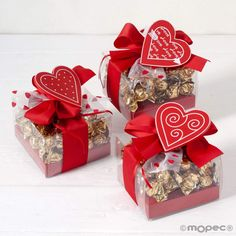 Beautiful case with 30 chocolates with milk chocolate and crocanti inside. It is adorned with an epectacular red bow with a heart shaped wooden pin and a romantic card. A romantic declaration for the people who love each other most. Wedding Favours Fudge, Chocolate Wedding Favors, Saint Valentine, Valentine Gifts, Diy Gifts Videos, Chocolate San Valentin, Chocolate Flowers Bouquet, Clown Party, Diy Save The Dates