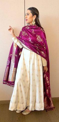 Karisma Kapoor Wearing Ivory Kurta by Ekaya Banaras For an Event Indian Attire, Indian Ethnic Wear, Indian Outfits, Silk Anarkali Suits, Anarkali Dress, Banarasi Suit, Banarasi Lehenga, Indian Anarkali, Karisma Kapoor