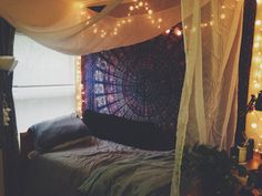 A place for college students to get decoration inspiration, advice, and showcase their own dorm. Dream Rooms, Dream Bedroom, Beachy Room, Bohemian Dorm, Cool Dorm Rooms, Tapestry Bedroom, Studio Apartment Decorating, College Room, Room Goals