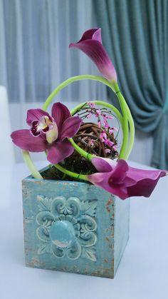 Modern flower arrangement in vintage vase Modern Flower Arrangements, Vintage Vases, Decorative Boxes, Concept, Flowers, Home Decor, Decoration Home, Room Decor, Royal Icing Flowers