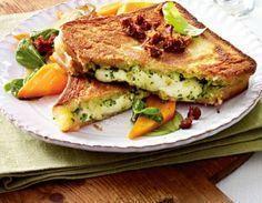 Das Rezept für Mozzarella-Pesto-Sandwich und weitere kostenlose Rezepte auf LECKER.de (Vegetarian Breakfast Recipes)