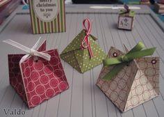 Voici une petite boîte que vous pourrez utiliser pour offrir un petit cadeau, chocolat, bijoux, etc... ou utiliser comme marque-place si vous ajoutez un prénom. Elle est très facile et rapide à réaliser alors lancer vous !!! Voici 3 versions de la même...