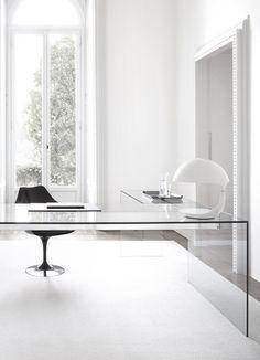 Minimalistyczne białe biuro ze szklanym biurkiem