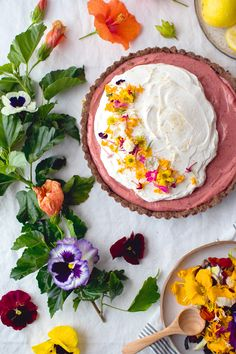 Hibiscus Lemon Curd Tart With Cocoa Crust & Edible Flowers Hibiscus Lemon Curd Tart with Edible Flower Garnish // from Vegetarian Ventures Lemon Custard Pie, Lemon Curd Tart, Edible Flowers Cake, Wedding Cakes With Flowers, Sweet Pie, Sweet Tarts, Tart Recipes, Dessert Recipes, Gouts Et Couleurs