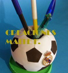 FOFUCHAS. Manualidades y Creaciones Maite: CUBILETE DE BALON DE FUTBOL CON ESCUDO