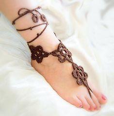 Chocolate Flores crochet sandalias pies descalzos.