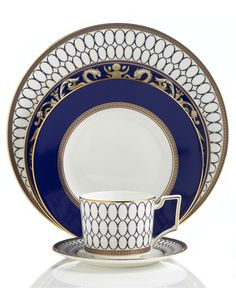 Embellished with intricate garlands, oval links and a fanciful dragon motif, the Renaissance Gold 5-piece place settings evoke Europe's glorious Renaissance period. Rendered in deep blue and gold to t