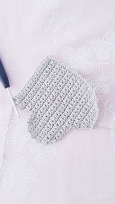 Free instructions for crocheting simple clouds Crochet Bookmark Pattern, Crochet Bookmarks, Crochet Patterns Amigurumi, Baby Knitting Patterns, Crochet Toys, Free Crochet, Baby Set, Crochet Cake, Crochet Mobile