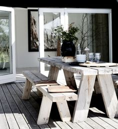 Terrasse inspiration - 20 skønne eksempler her Outdoor Dining, Outdoor Spaces, Outdoor Decor, Rustic Outdoor, Rustic Deck, Patio Dining, Rustic Modern, Outdoor Seating, Outdoor Tables