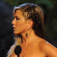 También Jennifer Aniston se ha apuntado a esta tendencia de trenza mohicana y de raíz para hacer brillar su melena llena de luz y nos encanta.