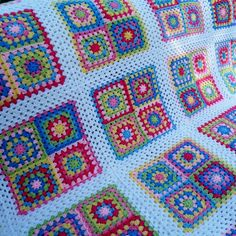 This pattern is for a giant granny square blanket. The amount of yarn you need depends on how you arrange the colours. As there is no colour scheme in this pattern, you are free to arrange it any way Granny Square Crochet Pattern, Crochet Borders, Crochet Squares, Crochet Blanket Patterns, Crochet Granny, Crochet Quilt, Crochet Motif, Free Crochet, Granny Square Häkelanleitung
