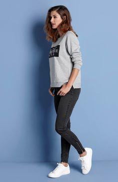PONADCZASOWY DENIM // AMY'S STORIES Wąskie dżinsy ze stretchem. Modny efekt znoszenia. Na dole nogawki zamek, 189 zł + bluza w modnym kolorze z nadrukiem, 129 zł.