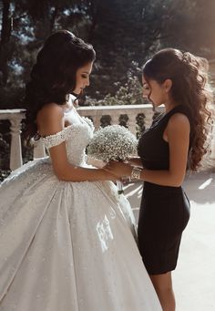 Off the Shoulder White Ball Gown Wedding Dresses with Beaded Appliques - Brautkleid - Mariage Robe Making A Wedding Dress, Wedding Dress Gallery, Luxury Wedding Dress, Dream Wedding Dresses, Bridal Dresses, Wedding Gowns, Lace Wedding, Wedding Clip, Mermaid Wedding