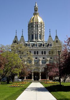 The capitol building in Hartford has a beautiful guilded dome and houses the lConnecticut legislature when they are in session. Great Places, Places Ive Been, Places To Go, Beautiful Places, Hartford Connecticut, Norwich Connecticut, Places Around The World, Around The Worlds, Temples