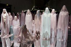 """VB74"""", la performance che Vanessa Beecroft ha messo in scena per l'inaugurazione della mostra """"Bellissima"""" al MAXXI di Roma"""