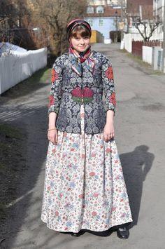 ØSTFOLD DAME Joar Vaagø kopierte i 2005 en av de bevarte trøyene fra Østfold.   Bunaden er satt sammen av klær fra slutten av 1700-tallet og gjenspeiler den folkelige mote i Østfold.