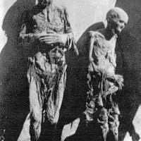 Esto sucedió en la Barcelona del asesino de Companys. Los cadáveres de un Sacerdote y una Religiosa asesinados por los buenos. Ellos lo ponían como trofeo de caza. Spanish War, Barcelona, Madrid, Painting, War, World, White People, Black, Priest