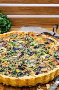 Vegetarian quiche with mushrooms gorgonzola and hazelnuts/ vegetarische quiche met paddestoelen, gorgonzola en hazelnoot Vegetarian Quiche, Vegetarian Recepies, Veggie Recipes, Cooking Recipes, Quiche Vegetariano, Tarte Tartin, Mushroom Quiche, Quiches, Good Food