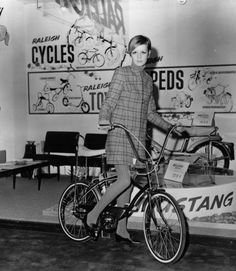 """Umweltfreundlich: Model Twiggy posiert auf einem Bonanzarad auf der """"Ideal Home Exhibition"""" der """"Daily Mail"""" am 6. März 1967."""