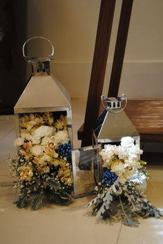 arranjos com flores brancas e nude em luminárias para casamento com toques azul serenty, a cor do ano de 2016 para a pantone.