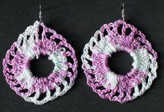 Bellissimi orecchini bianchi e viola realizzati a mano all'uncinetto