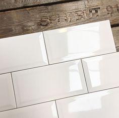 Wandtegel metro 10x20 wit glans - voor in de keuken Apartment Renovation, Mini, Tile Floor, Interior Ideas, Bathroom Ideas, House, Home Decor, Paper, Beautiful