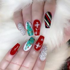 Here are the best Christmas acrylic nails designs, cute Christmas nails and red Christmas nails 2018 that We've Cherry Picked, to act as an inspiration for you! Snowflake Nail Design, Christmas Nail Art Designs, Holiday Nail Art, Winter Nail Designs, Nail Polish Designs, Acrylic Nail Designs, Acrylic Nails, Nails Design, Christmas Nail Polish