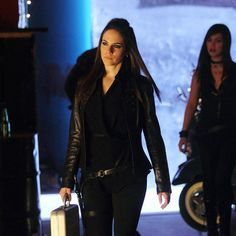 When this succubus says she's gonna get something done, she gets it done Lost Girl Bo, Bo And Lauren, Girls Season 2, Ksenia Solo, Anna Silk, Gothic Chic, Canadian Actresses, Fantasy Women, Lany