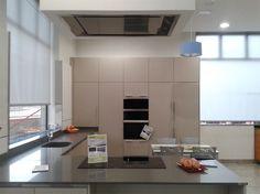 Diseño de #cocina realizado por nuestro cliente HERMANOS HERRERO de Leganes Madrid. Cocina FULL EQUIP Pando: placa de inducción, hornos y campana de techo E-220.