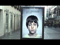 """Campanha contra o abuso infantil """"esconde"""" mensagem visível apenas por crianças"""