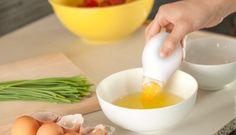 Pluck yolk extractor. Pluck Yolk Extractor è utilissimo per separare facilmente e rapidamente il tuorlo d'uovo dall'albume: posizionate la camera di silicone, spremetela e rilasciatela per aspirare il rosso. Pluck Yolk Extractor è costituito da due pezzi separabili per una pulizia efficace. Per acquistarlo cliccate qui.