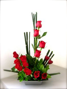 This arrangement isn't the traditional bunch of flowers. It uses space and line in the design making it more modern, the red roses keep the Valentines day feel. Valentine's Day Flower Arrangements, Rosen Arrangements, Modern Floral Arrangements, Flower Arrangement Designs, Altar Flowers, Church Flowers, Funeral Flowers, Flower Designs, Deco Floral