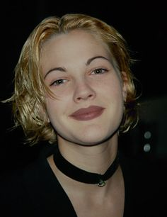 Drew Barrymore wearing a velvet choker necklace in the The choker was a must have accessory. Grunge Fashion, 90s Fashion, Grunge Outfits, Street Fashion, Drew Barrymore 90s, Choker Dress, 90s Hairstyles, Long Shadow, 90s Aesthetic