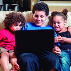 TIC Kids On-line Brasil analisa o comportamento de crianças e adolescentes na web. A atividade mais citada pelos entrevistados foi o uso da internet para trabalhos escolares (82%). Em seguida estão visitas às páginas de redes sociais (68%) e demais atividades ligadas a entretenimento e comunicação como: assistir vídeos (66%), jogos (54%) e mensagens instantâneas (54%).