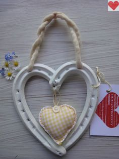 Cuore Portafortuna realizzato con ferri di cavallo usati colore bianco, decorazione imbottita in tessuto www.fb.com/RomantikPony