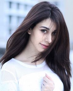 Warina Hussain is all set to make her debut in Bollywood with Loveratri. Here are some pictures of beautiful and young actress Warina Hussain. Beautiful Bollywood Actress, Most Beautiful Indian Actress, Beautiful Actresses, Stylish Girl Images, Stylish Girl Pic, Indian Celebrities, Bollywood Celebrities, Bollywood Actors, Teen Actresses