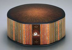 蒔絵螺鈿八稜箱「彩光」   Murose Kazumi